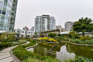 Photo 2: 2001 1199 MARINASIDE CRESCENT in Vancouver: Yaletown Condo for sale (Vancouver West)  : MLS®# R2202807