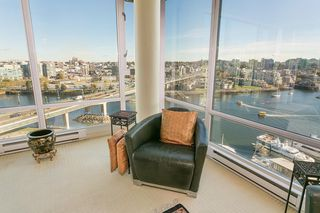 """Photo 4: 1905 1033 MARINASIDE Crescent in Vancouver: Yaletown Condo for sale in """"Quaywest"""" (Vancouver West)  : MLS®# R2381839"""