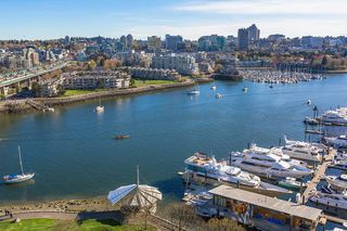 """Main Photo: 1905 1033 MARINASIDE Crescent in Vancouver: Yaletown Condo for sale in """"Quaywest"""" (Vancouver West)  : MLS®# R2381839"""