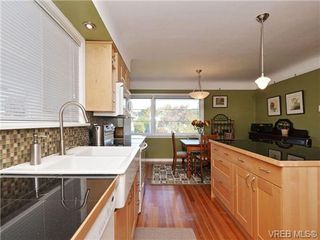 Photo 3: 2544 Shakespeare St in VICTORIA: Vi Oaklands Single Family Detached for sale (Victoria)  : MLS®# 702411