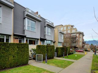 "Photo 1: 2711 PRINCE EDWARD Street in Vancouver: Mount Pleasant VE Townhouse for sale in ""UNO"" (Vancouver East)  : MLS®# R2336793"