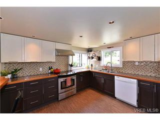 Photo 4: 2210 Victor Street in VICTORIA: Vi Fernwood Single Family Detached for sale (Victoria)  : MLS®# 367746