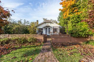 "Photo 1: 2873 MCKENZIE Avenue in Surrey: Crescent Bch Ocean Pk. House for sale in ""CRESCENT BEACH"" (South Surrey White Rock)  : MLS®# R2218182"