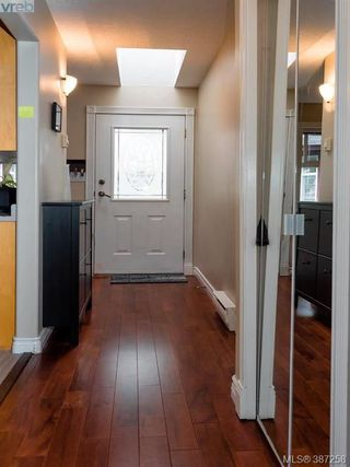 Photo 3: 27 300 Six Mile Road in VICTORIA: VR Six Mile Townhouse for sale (View Royal)  : MLS®# 387258