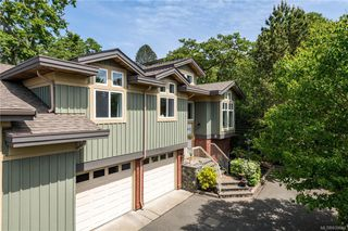 Photo 1: 2 3955 Oakwinds St in Saanich: SE Cedar Hill Row/Townhouse for sale (Saanich East)  : MLS®# 839644