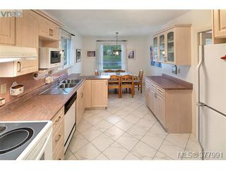 Photo 7: 2025 Lansdowne Rd in VICTORIA: OB Henderson Single Family Detached for sale (Oak Bay)  : MLS®# 759045