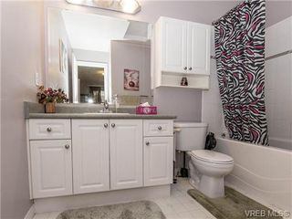 Photo 9: 2 1241 Santa Rosa Ave in VICTORIA: SW Strawberry Vale Row/Townhouse for sale (Saanich West)  : MLS®# 725343