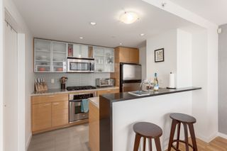"Photo 6: 2505 33 SMITHE Street in Vancouver: Yaletown Condo for sale in ""COOPERS LOOKOUT"" (Vancouver West)  : MLS®# R2289422"