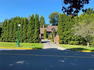 Photo 1: 3260 Beach Dr in : OB Uplands Single Family Detached for sale (Oak Bay)  : MLS®# 852074