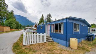 "Photo 2: 18 40022 GOVERNMENT Road in Squamish: Garibaldi Estates Manufactured Home for sale in ""Angelo's Trailer Park"" : MLS®# R2386554"