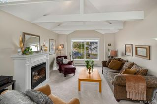 Photo 2: 895 Le Clair Pl in VICTORIA: SE Lake Hill House for sale (Saanich East)  : MLS®# 812877