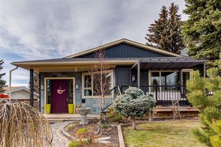 Main Photo: 2704 CRAWFORD Road NW in Calgary: Charleswood Detached for sale : MLS®# C4241223