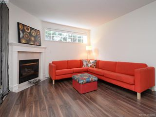 Photo 2: 105 1371 Hillside Ave in VICTORIA: Vi Oaklands Condo for sale (Victoria)  : MLS®# 790432