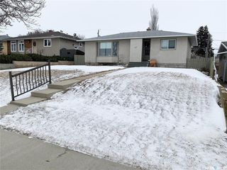 Photo 1: 327 13th Avenue Northeast in Swift Current: North East Residential for sale : MLS®# SK758505