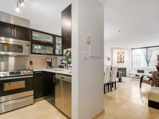 """Photo 2: 3011 LAUREL Street in Vancouver: Fairview VW Townhouse for sale in """"FAIRVIEW COURT"""" (Vancouver West)  : MLS®# R2058843"""