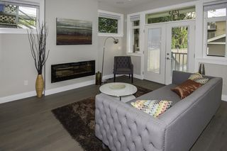 Photo 2: 1121 E 10TH Avenue in Vancouver: Mount Pleasant VE House 1/2 Duplex for sale (Vancouver East)  : MLS®# R2207250