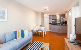 """Photo 1: 2201 977 MAINLAND Street in Vancouver: Yaletown Condo for sale in """"YALETOWN PARK"""" (Vancouver West)  : MLS®# R2217552"""