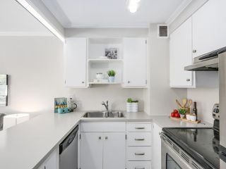 """Photo 4: 601 1445 MARPOLE Avenue in Vancouver: Fairview VW Condo for sale in """"HYCROFT TOWERS"""" (Vancouver West)  : MLS®# R2209267"""