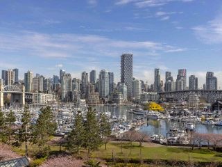 """Photo 5: 605 1490 PENNYFARTHING Drive in Vancouver: False Creek Condo for sale in """"Harbour Cove Three"""" (Vancouver West)  : MLS®# R2352893"""