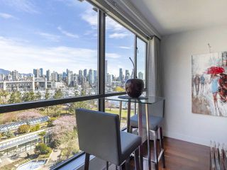 """Photo 4: 605 1490 PENNYFARTHING Drive in Vancouver: False Creek Condo for sale in """"Harbour Cove Three"""" (Vancouver West)  : MLS®# R2352893"""