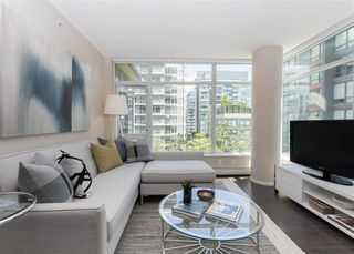 "Photo 3: 557 168 W 1ST Avenue in Vancouver: False Creek Condo for sale in ""WALL CENTRE FALSE CREEK WEST TOWER"" (Vancouver West)  : MLS®# R2372215"
