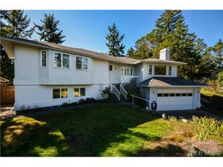 Photo 1: 121 Rockcliffe Pl in VICTORIA: La Thetis Heights House for sale (Langford)  : MLS®# 734804