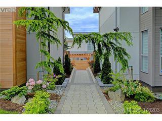 Photo 2: 1044 Harling Lane in VICTORIA: Vi Fairfield West Single Family Detached for sale (Victoria)  : MLS®# 759453
