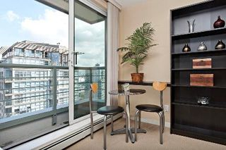 """Photo 3: 2903 1008 CAMBIE Street in Vancouver: Yaletown Condo for sale in """"Waterworks"""" (Vancouver West)  : MLS®# R2083276"""