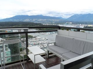 """Photo 2:  in Vancouver: Coal Harbour Condo for sale in """"THE RITZ"""" (Vancouver West)  : MLS®# R2371691"""