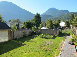 Photo 2: 39741 GOVERNMENT Road in Squamish: Northyards House 1/2 Duplex for sale : MLS®# V1026723