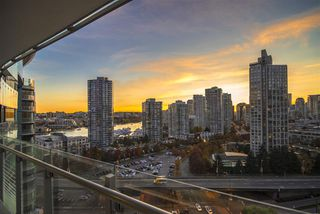 "Photo 13: 1603 89 NELSON Street in Vancouver: Yaletown Condo for sale in ""THE ARC"" (Vancouver West)  : MLS®# R2411058"
