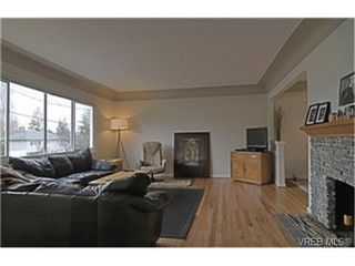Photo 2: 1159A Greenwood Avenue in VICTORIA: Es Saxe Point Strata Duplex Unit for sale (Esquimalt)  : MLS®# 241933