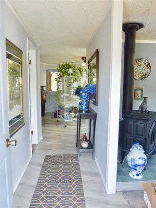 """Photo 3: 60 1413 SUNSHINE COAST Highway in Gibsons: Gibsons & Area Manufactured Home for sale in """"Poplar Estates"""" (Sunshine Coast)  : MLS®# R2449368"""