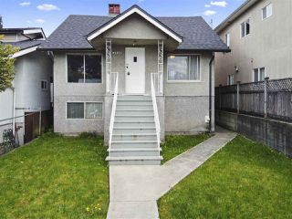 Photo 2: 2858 E 4TH Avenue in Vancouver: Renfrew VE House for sale (Vancouver East)  : MLS®# R2454595