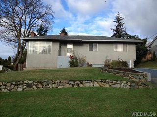 Photo 2: 580 Peto Place in Victoria: SW Glanford House for sale (Saanich West)