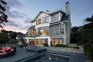 Photo 2: 1941 Crescent Rd in Oak Bay: OB Gonzales House for sale : MLS®# 837612
