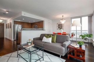 Photo 2: 1704 125 Milross in : Downtown VE Condo for sale (Vancouver East)  : MLS®# R2500854