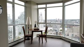 "Photo 5: 2305 289 DRAKE Street in Vancouver: Yaletown Condo for sale in ""Parkview Tower"" (Vancouver West)  : MLS®# R2474157"