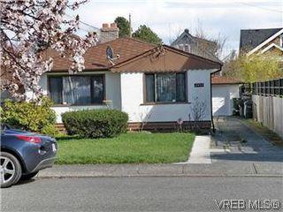 Photo 2: 2413 Mowat St in VICTORIA: OB Henderson House for sale (Oak Bay)  : MLS®# 599535