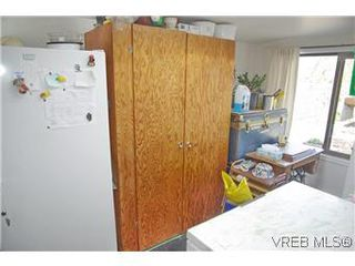 Photo 12: 2413 Mowat St in VICTORIA: OB Henderson House for sale (Oak Bay)  : MLS®# 599535