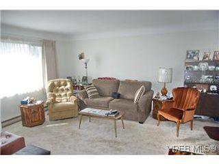 Photo 3: 2413 Mowat St in VICTORIA: OB Henderson House for sale (Oak Bay)  : MLS®# 599535