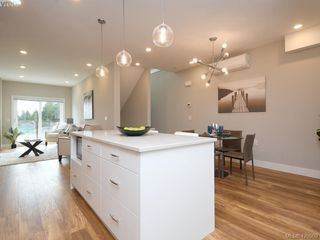 Photo 3: 7 4355 Viewmont Avenue in VICTORIA: SW Royal Oak Row/Townhouse for sale (Saanich West)  : MLS®# 420909