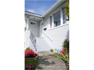 Photo 2: 982 Darwin Ave in VICTORIA: SE Quadra Single Family Detached for sale (Saanich East)  : MLS®# 571046