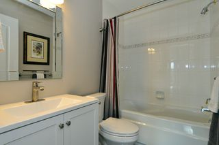 Photo 12: 403 15340 19A Avenue in Surrey: King George Corridor Condo for sale (South Surrey White Rock)  : MLS®# R2353532