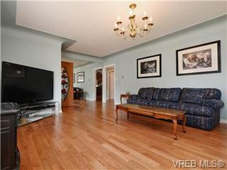Photo 2: 833 Wollaston in Victoria: Residential for sale : MLS®# 368649