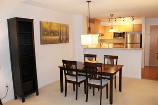 Photo 6: 405 400 KLAHANIE DRIVE in Port Moody: Port Moody Centre Condo for sale : MLS®# R2395453