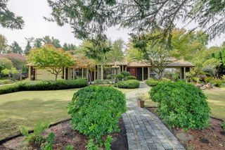 Photo 1: 3280 Beach Drive, One level home in Uplands, Oak Bay Victoria