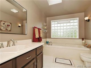 Photo 8: 1895 Hillcrest Avenue in VICTORIA: SE Gordon Head Single Family Detached for sale (Saanich East)  : MLS®# 323811