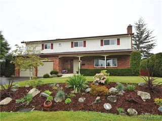 Photo 1: 1895 Hillcrest Avenue in VICTORIA: SE Gordon Head Single Family Detached for sale (Saanich East)  : MLS®# 323811