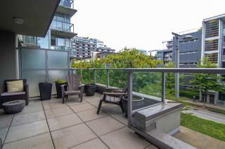 "Photo 4: 356 108 W 1ST Avenue in Vancouver: False Creek Condo for sale in ""WALL CENTRE"" (Vancouver West)  : MLS®# R2455556"